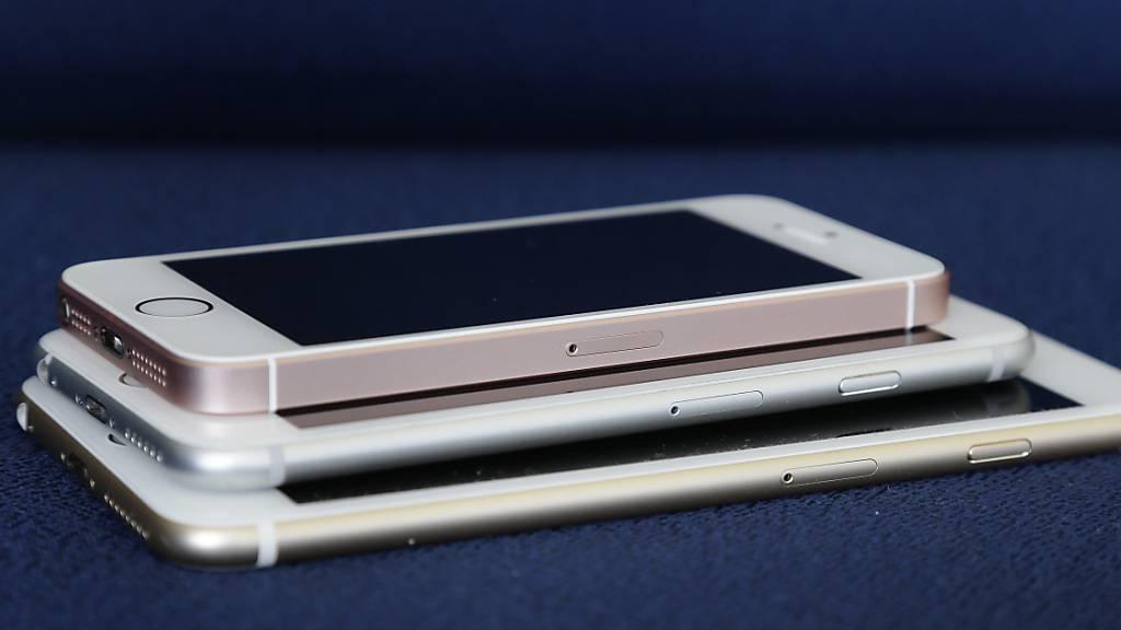 Im Streit um gedrosselte Batterien bei älteren iPhone-Modellen hat der Apple-Konzern weitere Geldbeträge zur Beilegung der Beschwerden zugesagt. (Symbolbild)