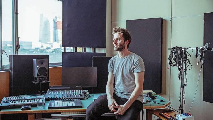Der Aargauer Musiker Christoph Huber in seinem Atelier in Basel mit Blick auf die Roche. Hier tüftelt er mit neuen Sounds.