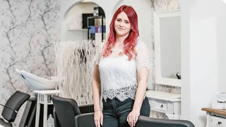 Sie hat den Schritt in die Selbstständigketi gewagt und ist froh darüber: Jasmin Frutschy in ihrem Salon in Wettingen.