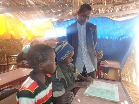 Unterricht im Strohhütten-Klassenzimmer. Die 3. Klässler sind zur Zeit im provisorischen Klassenzimmer untergebracht.