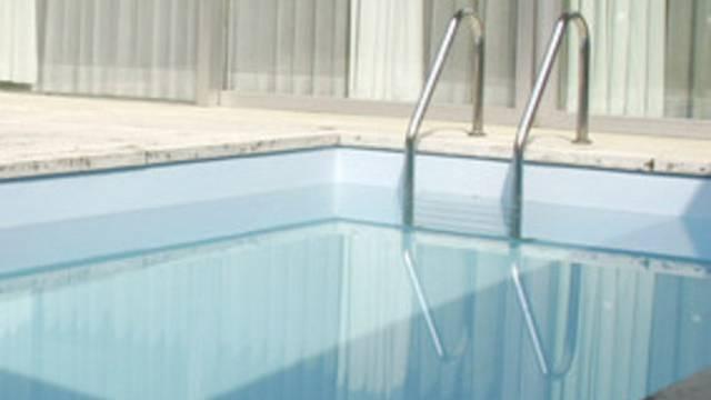 Blick auf einen Swimmingpool (Symbolbild)