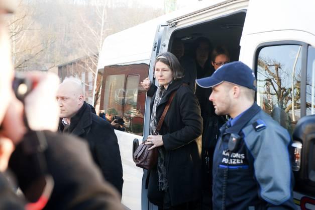 Die Mutter von Lucie Trezzini trifft beim Gericht ein