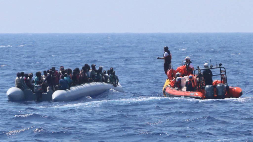 """Ein Team des Rettungsschiffs """"Ocean Viking"""" nähert sich einem seeuntüchtigen Schlauchboot mit über 80 Flüchtlingen, die später an Bord der """"Ocean Viking"""" in Sicherheit gebracht werden."""