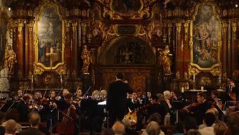 Das Kammerorchester 65 während des Konzerts vor der imposanten, über 500-jährigen Orgel in der Klosterkirche. TAB