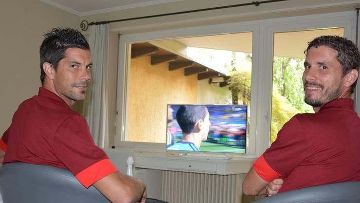 Juan Pablo Garat (rechts) und Dante Senger schauen Schweiz - Argentinien in ihrem Hotelzimmer im Albergo Losone im Tessin