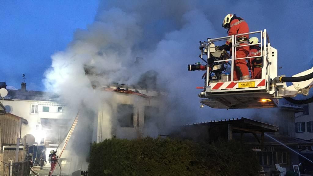 Eine Person wird tot in abgebranntem Haus gefunden