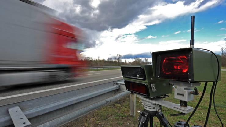 Ein Brite war bei einem Autorennen mit 100 km/h auf einer Innerortsstrecke unterwegs. (Symbolbild)