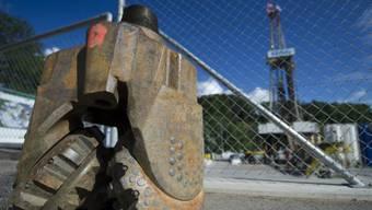 Ein ausrangierter Bohrkopf vor dem Turm des Geothermieprojektes in St. Gallen