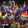In Israel sind am Sonntag Tausende mit Regenbogenfahnen auf die Strasse gegangen, um gegen ein neues Gesetz zu protestieren.