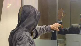 Mit einer Faustfeuerwaffe bewaffnet bedrohte der Unbekannte eine Bankangstellte. (Symbolbild)