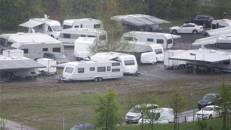 Fahrende haben am Samstag ihre Gespanne auf der Schwimmbadwiese in Bülach platziert.