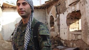 Der Schweizer Johan Cosar hat in Syrien gegen den IS gekämpft. Nun ist der Tessiner zurück in der Schweiz – und sieht sich mit der Militärjustiz konfrontiert.