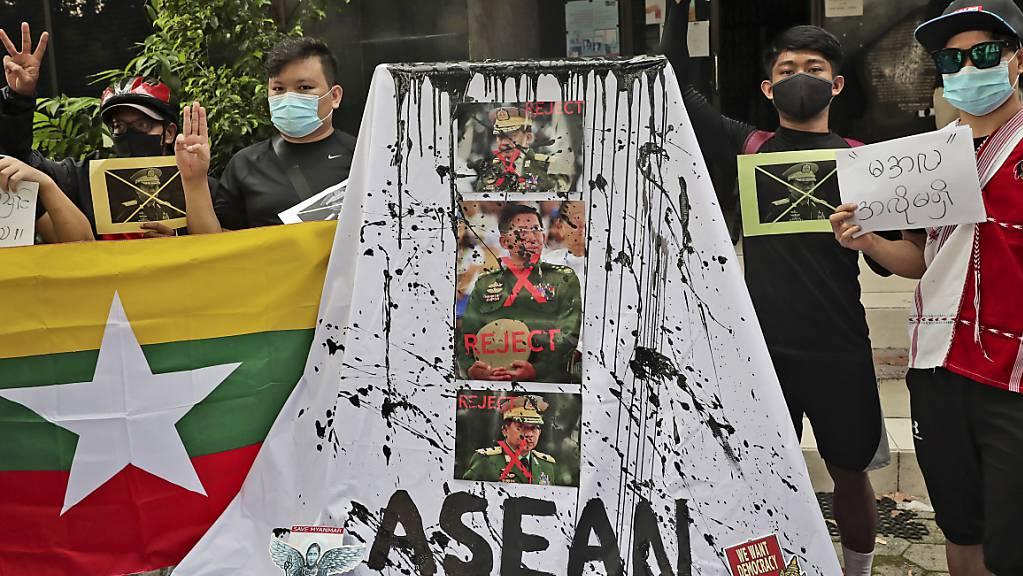 In Jakarta gibt es Proteste gegen die myanmarischen Militärs, die auf dem Asean-Gipfel vertreten sind.