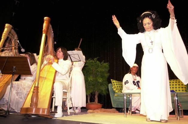ARCHIVBILD ZUM TOD VON URIELLA --- Uriella, vorne, und Mike Shiva, hinten, traten am Montag, 3. April 2000, im Haebse-Theater in Basel bei einem Esoterik-Apero und Show auf. (KEYSTONE/Michaela Rehle) === ELECTRONIC IMAGE ===
