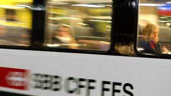 Ein Zug raste knapp an den gestrandeten Passagieren vorbei. (Symbolbild)