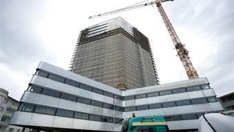 Der 66 Meter hohe Aquila-Turm beim Bahnhof Pratteln ist inzwischen fertig und eines der jüngsten Hochhäuser im Baselbiet – und sorgt bereits für Kritik.