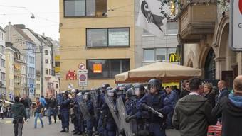 Oktober 2013, Basel gegen Schalke 04: Die Basler Polizei bereitet sich auf harte Auseinandersetzungen vor.