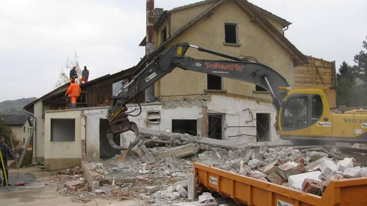 Der älteste Gebäudekomplex im Zwidellen-Quartier wird dem Erdboden gleichgemacht. (Bild: hot)