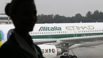 Die italienische Fluggesellschaft Alitalia, die unter anderem der arabischen Ethihad gehört, hat nur selten in ihrer 70-jährigen Geschichte einen Gewinn gemacht. Nun steht sie erneut vor dem Aus. (Archivbild)