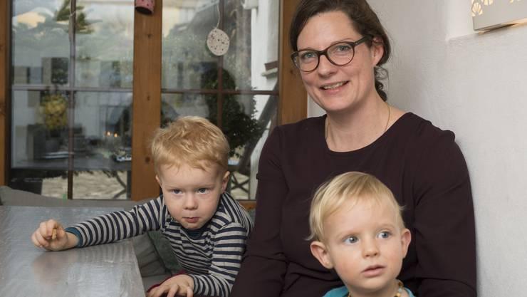 Hebamme und Mutter Simone Riedener mit ihren beiden Söhnen Nanook (r.) und Matou.