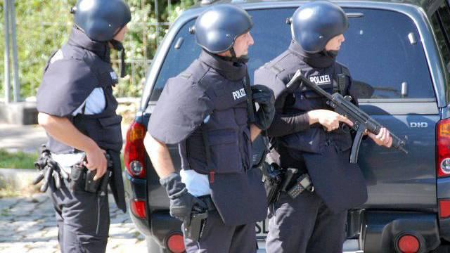 Die Polizei sucht am Freitagmittag mit einem Grossaufgebot in Weil am Rhein den Flüchtigen Fabrice A. Foto: Keystone