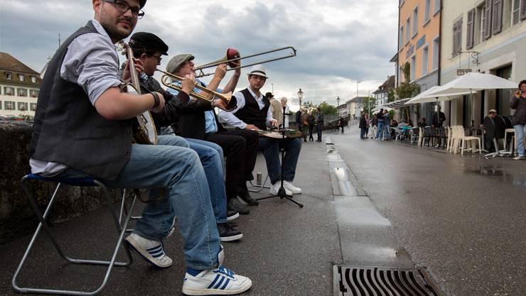Die Musiker der Gruppe Les Solörs tun etwas für die Stimmung. Sie stammen aber nicht aus der Barockstadt, sondern haben sich hier gefunden.