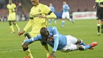 Kalidou Koulibaly (rechts) und Napoli geraten gegen Inter mit Miranda ins Straucheln