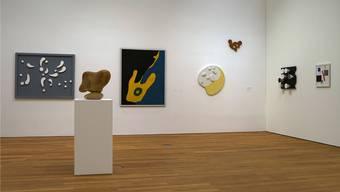 Die «dadaistische» Hängung mit Werken von Sophie Taeuber und Hans Arp im Doppelraum der Klassischen Moderne.