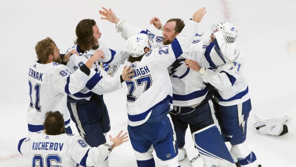 Die Spieler der Tampa Bay Lightning bejubeln den zweiten Stanley-Cup-Sieg
