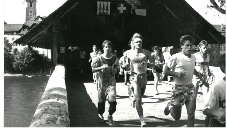 Pyjama-Laufanzüge und Stirnbänder waren Ende der 1980er-Jahre bei den Teilnehmern des Oltner 2-Stunden-Laufes angesagt. zvg