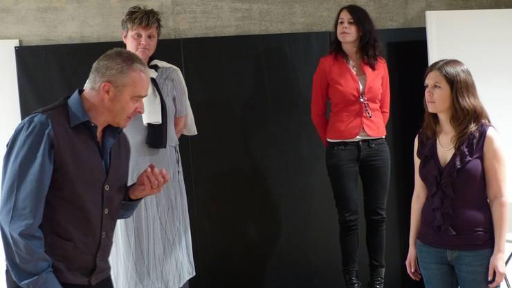 Jakes Frauen (v.l.): Schwester Karen, Psychologin Vivien und seine verstorbene Frau Julie. ari
