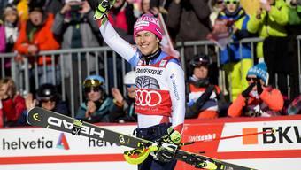 Wendy Holdener, die Gewinnerin der kleinen Kristallkugel in der Kombination, winkend im Zielraum von Crans-Montana