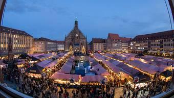 ARCHIV - Blick über den Nürnberger Christkindlesmarkt. Foto: Daniel Karmann/dpa