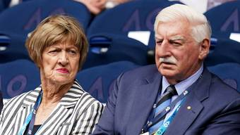 Margaret Court am Montag neben ihrem Mann Barry bei den Australian Open.