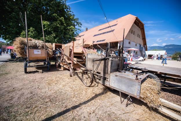 Statt von Hand wurde später eine Maschine für das Dreschen benutzt. Die fauchende Dreschmaschine war am Dorffest eine Attraktion.