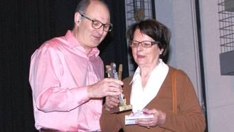 Peter Holliger überreicht Nelie Weber den «Prix Menzo».