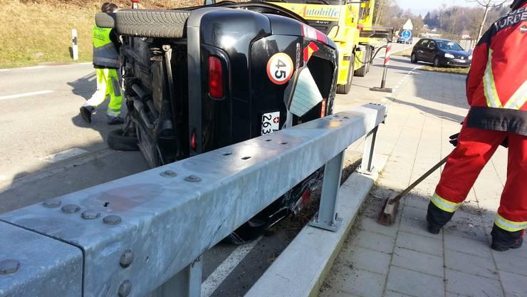 Der Fahrer dieses Subarus war im Fahrzeug eingeklemmt, konnte aber befreit werden.