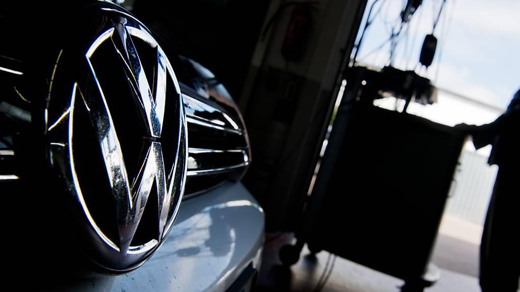 Zurück in die Werkstatt: Das gilt für mehr als 200'000 VW-Busse des Typs T6. Der Grund ist, dass sich bei tiefen Temperaturen die Türen bei voller Fahrt öffnen können. (Symbolbild)