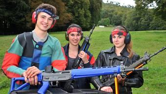 Die Geschwister Joël (17), Sina (16) und Tanja (14) Jermann (v. l.) schiessen gerne mit dem Sturmgewehr.