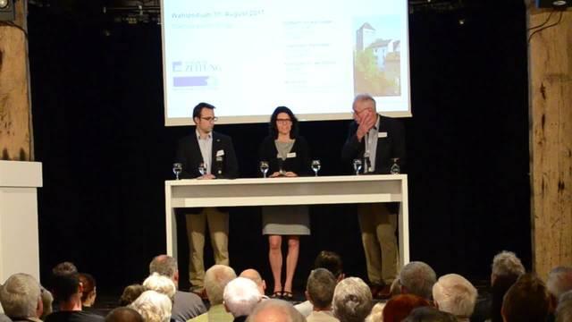 Einstiegsfrage am Podium mit den drei Brugger Stadtammann-Kandidaten: Richard Fischer erklärt, für wie viel Lohn er den Stadtamman-Job machen würde, Barbara Horlacher erklärt ihr Wahlplakat und Titus Meier spricht über die Zukunft.