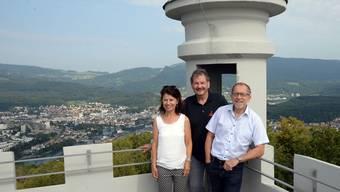 Die drei Initianten des Theaterprojektes an einem der Spielorte: Sälischlössli-Gastgeber Jürg Mosimann (Bildmitte) sowie Edith Russi und Nicolas Russi auf der Dachterrasse.