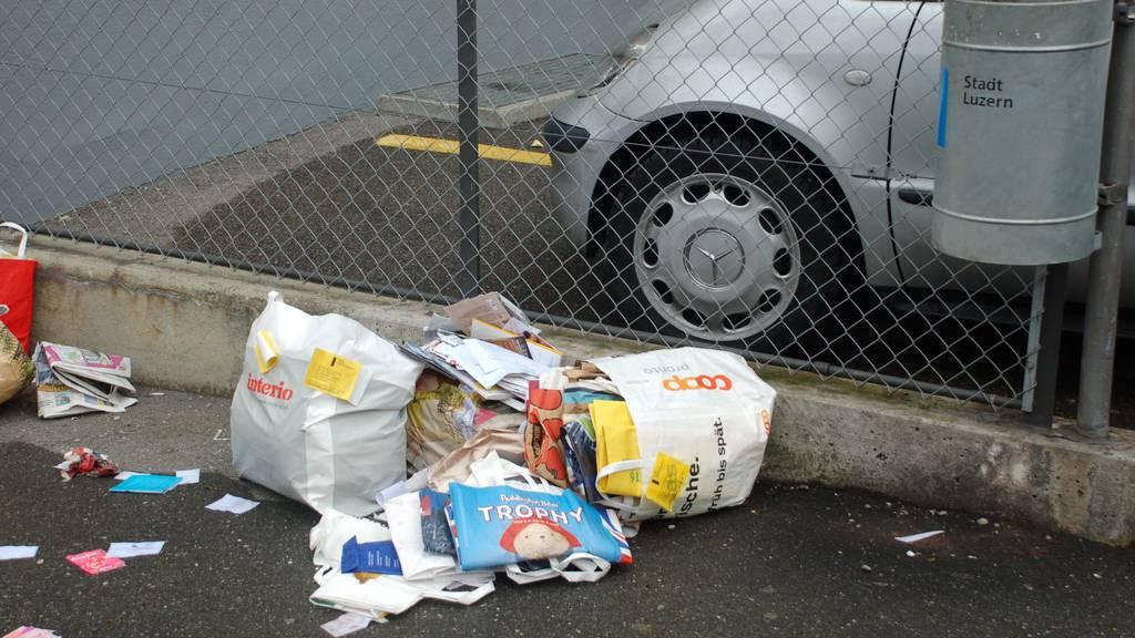 Das Strasseninspektorat lässt solchen Abfall konsequent liegen. Karton und Altpapier muss schön gebündelt werden.