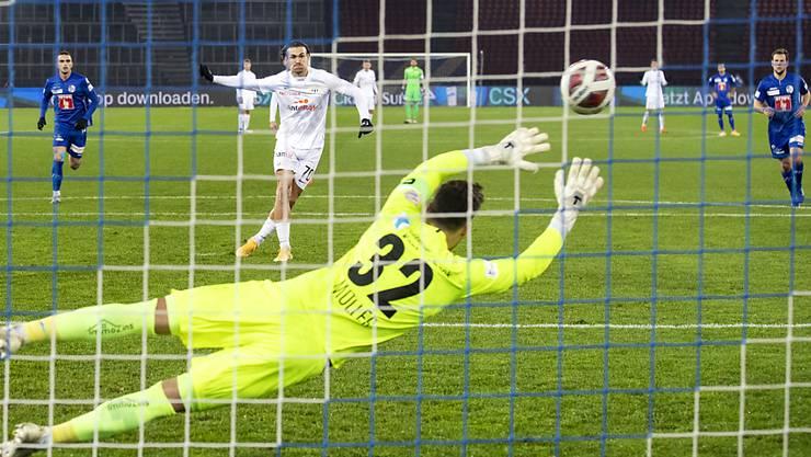 Benjamin Kololli nimmt eines der Luzerner Gastgeschenke an und verwandelt den Foulpenalty zum 1:0