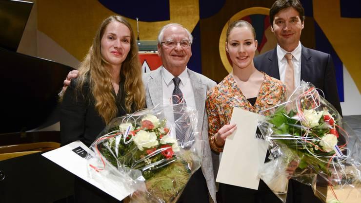 Sandra Sieber (Anerkennungspreis), Valentino Ragni (Kulturpreis) und Vera Brotschi (Nachwuchsförderpreis) mit Stadtpräsident François Scheidegger (von links).