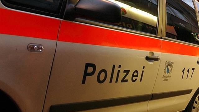 Die Stadtpolizei Zürich hat am frühen Montagmorgen mehrere mutmassliche Dealer verhaftet. Bei der Aktion versuchten die Fahnder ein Auto im Bözbergtunnel mit einem gezielten Schuss in einen Pneu zu stoppen.  (Symbolbild)