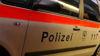 Ein 31-jähriger Mann hat einen Streifenwagen der Polizei angegriffen. Als Grund gab er an, «eine Wut auf die Polizei» verspürt zu haben. (Symbolbild)