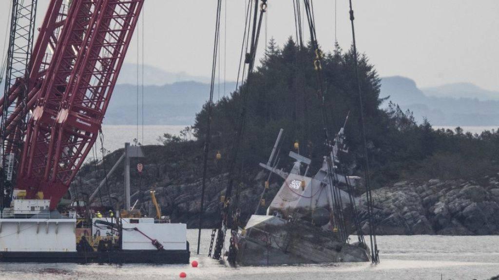 """Mit Spezialkränen wird das norwegische Kriegsschiff """"Helge Ingstad"""" in einem Hafen im Norden von Bergen aus dem Wasser gehoben."""