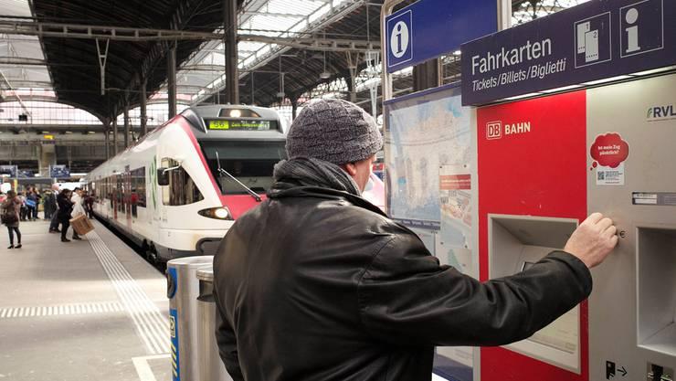 Am «Lörracher» Automaten im Basler Bahnhof SBB kostet das Billett nach Lörrach 50 Rappen weniger als am TNW-Automaten. Kenneth Nars