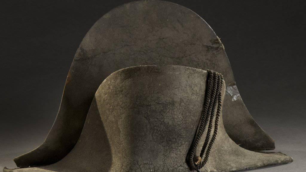 Dieser Zweispitz des ehemaligen Kaisers Napoleon Bonaparte sei 1815 nach der verlorenen Schlacht von Waterloo gefunden worden, teilte das Auktionshaus in Lyon am Montag mit. Dieser wurde für 350'000 Euro versteigert.