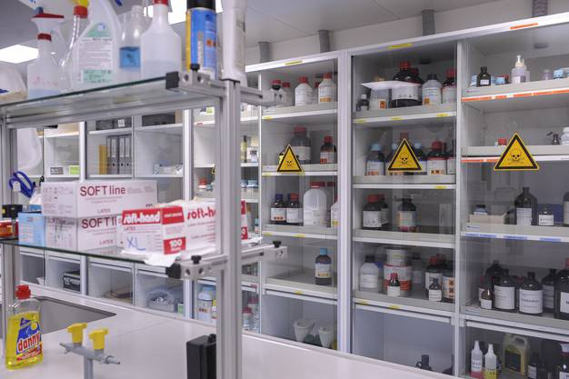 Labor voller Chemikalien.